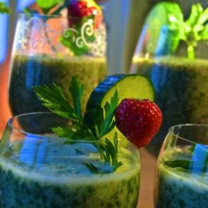 Leckere Weizengrassaft Cocktails in Gläsern