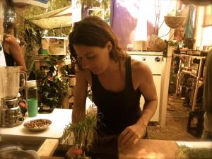 Janine Brillert an ihrem mobilen Weizengras-Saft Stand