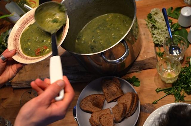 Suppe mit Brennnesseln